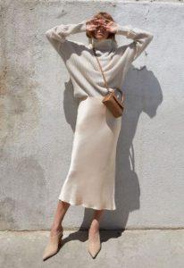falda resbalón suéter blanco