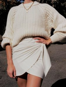 falda suéter blanco crucero negro