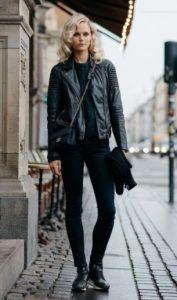 pantalones negros cuero negro cabello rubio