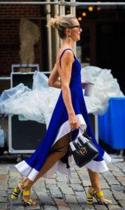Rubia en vestido azul colores de verano