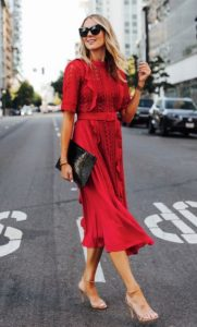 vestido midi rojo sandalia nude