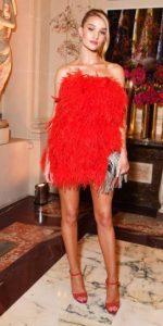 mini vestido rojo con plumas