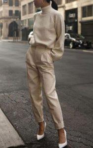 Pantalón beige con tacones blancos