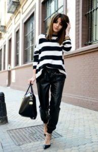 blusa de cuero con pantalones a rayas