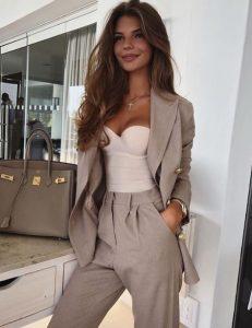 traje de mujer beige