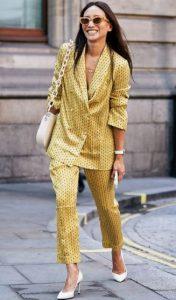 traje de satén amarillo para mujer