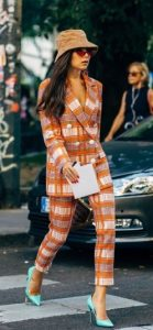 traje de cuadros naranja