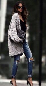 vestido con un cárdigan gris