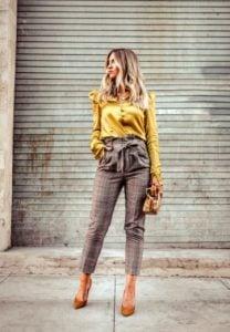 bolsa de papel pantalones camisa amarilla