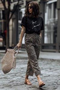 pantalones de leopardo camiseta negra