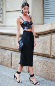 falda negra con top corto