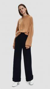 pantalón negro con blusa camel