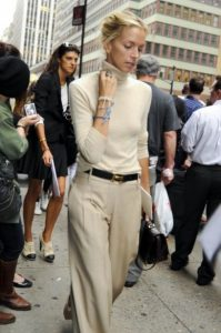 conjunto de blusa de pantalón beige