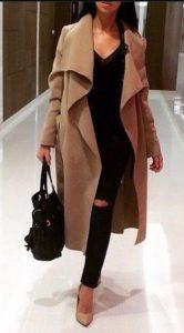 abrigo beige jeans negros ropa brumosa ropa de invierno beige