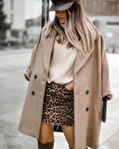 abrigo beige blusa de leopardo falda corta