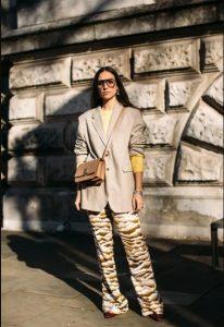 chaqueta beige pantalones estampados ropa de invierno beige