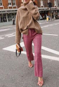 blusa de punto beige pantalones rojos