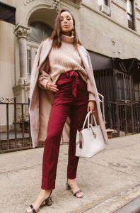 abrigo beige suéter pantalones burdeos