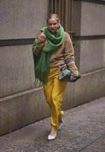 suéter beige pantalones amarillos bufanda verde