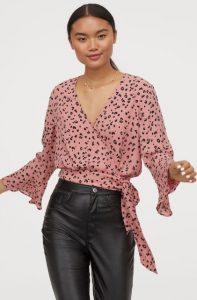 blusa de crucero rosa con estampado animal