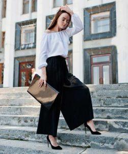 pantalones anchos negros sobre tacones