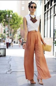 pantalones anchos naranjas estampados