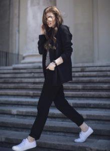 pantalones negros rectos zapatillas de deporte chaqueta negra