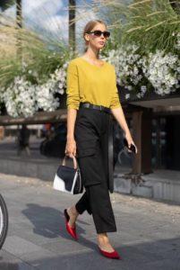 pantalón cargo negro suéter amarillo
