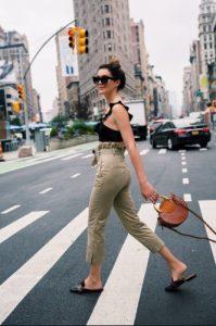 pantalones caqui de cintura alta