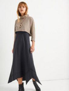 Vestido de mujer burdeos de moda con botones