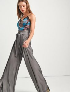 llamativos pantalones grises