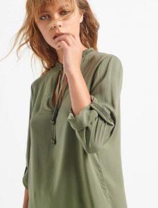 túnica de mujer monocromática al óleo