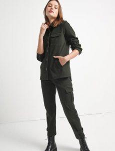 chaqueta de mujer caqui con bolsillos delanteros