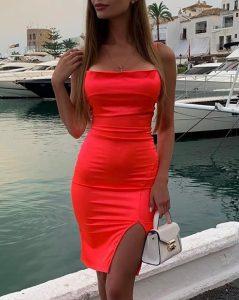 vestido de satén coral con tirantes desgarrados