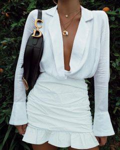 mini vestido blanco con volantes mangas largas escote