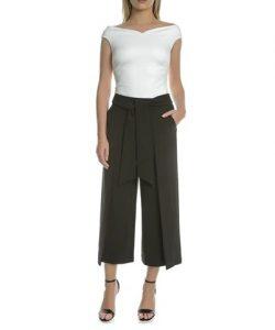 calzoncillos con cremallera cinturón negro con lazo camiseta blanca sandalias