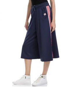 pantalones cortos deportivos azules con raya roja