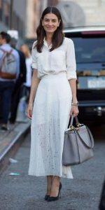 Aspecto femenino elegante con vestido blanco