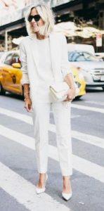 total look blanco con traje de mujer