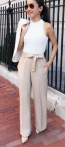 impresionante look femenino con pantalones con un cinturón en el medio
