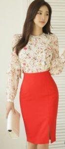 Elección de ropa moderna con una falda ajustada y una camisa floral.