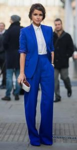 llamativo traje azul para mujer