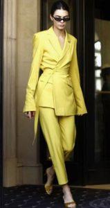 traje de mujer amarillo con una chaqueta que tiene un cinturón