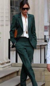 elección moderna de traje en color ciprés