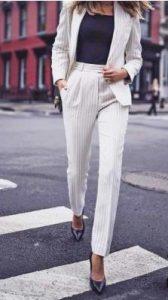 traje blanco con rayas finas