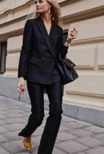 llamativo traje negro con chaqueta cruzada